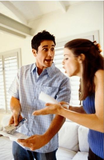 Pelea en matrimonio por estar en desacuerdo con las deudas - estrés financiero